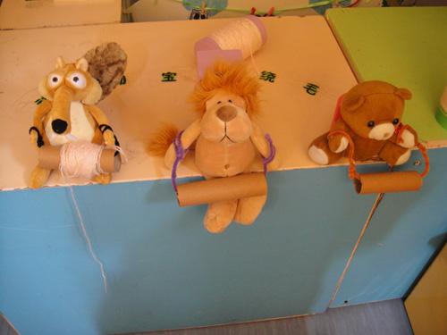 小动物们还来到娃娃家,帮妈妈绕毛线呢.