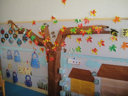 大一班 主题活动 主题活动 在秋天里  我们的主题墙随着《在秋天里》图片