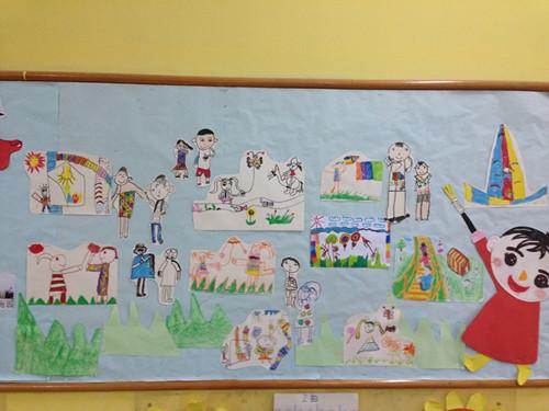 孩子们画了秋游的风景以及同班小朋友的塑像,来找找他们是谁吧