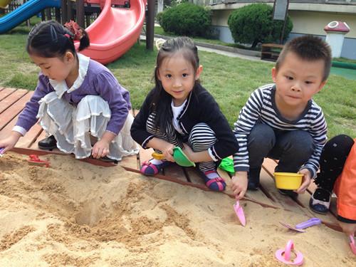 ——幼儿园的游泳池改造了哦,改造完后我们多了一个沙池,孩子图片