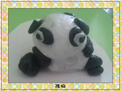 本周主题:《在动物园里》,这周我们用黑白彩泥制作了可爱的熊猫