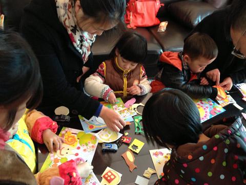 快乐自由玩(玩彩泥,玩具,电视,小朋友自娱自乐;家长欢聚一起包饺子