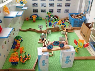 构思完后,孩子们开始动手了,将动物园用木头积木违建了起来.