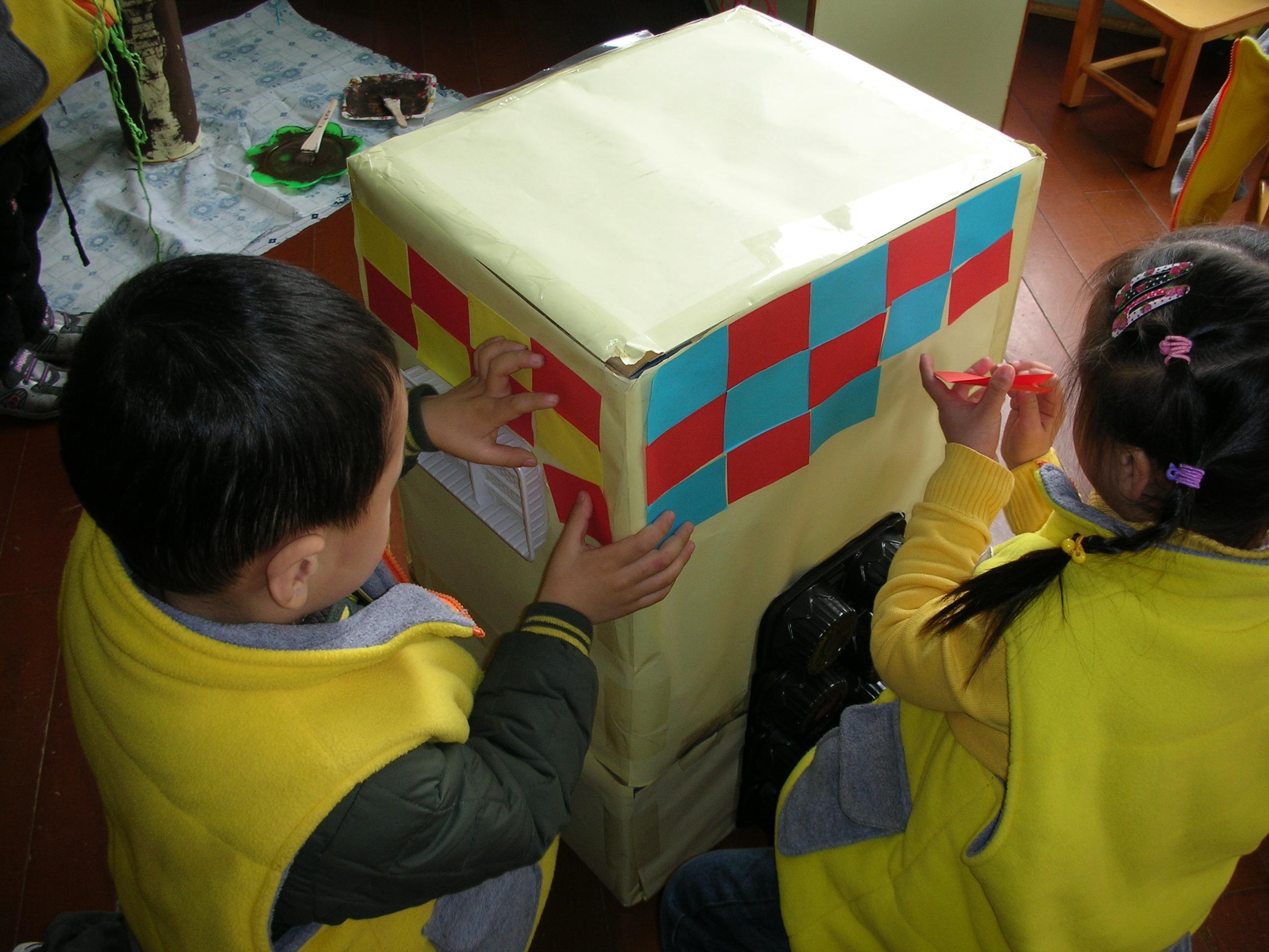 """老师用纸箱做的小房子,孩子用彩纸有规律地拼贴,发展""""数&#8221"""