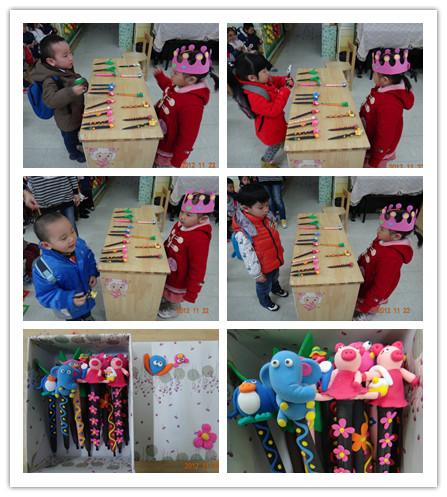 她和妈妈一起用太空泥制作了超级可爱,有趣的动物,植物卡通笔送给小