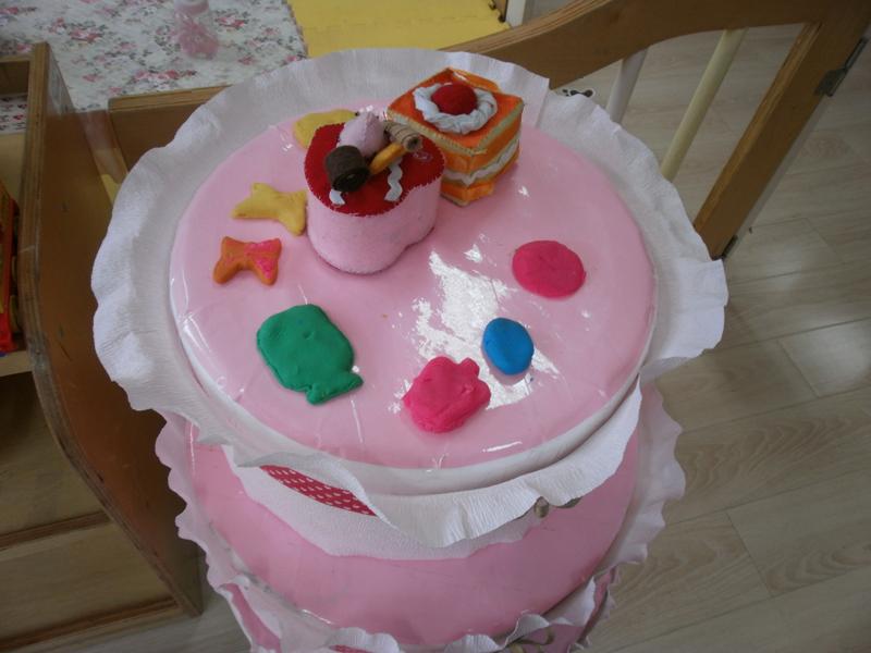 漂亮可口的蛋糕,让我们一起用彩泥来打扮它.