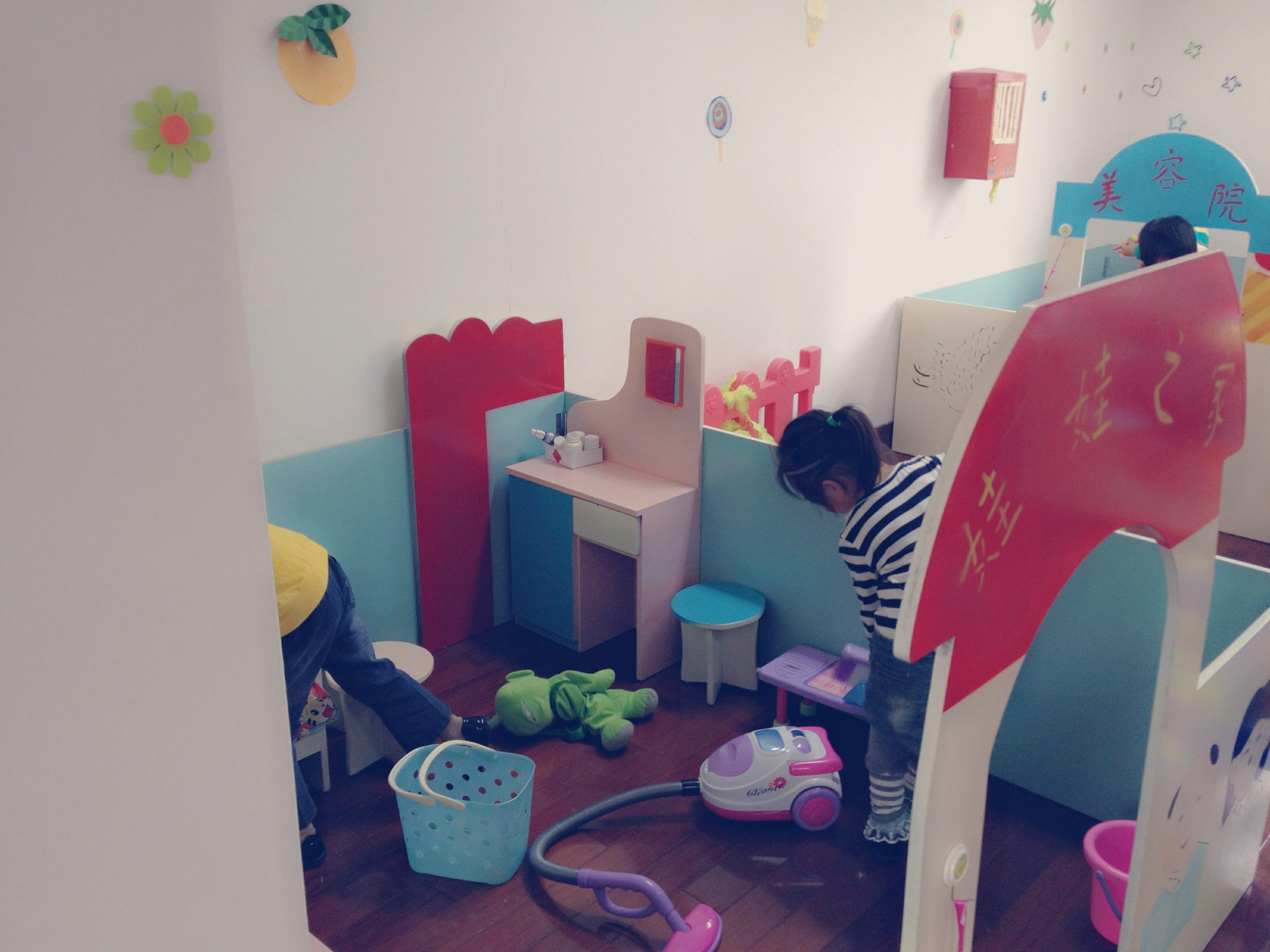 """娃娃家的""""妈妈""""正在打扫卫生呢!"""