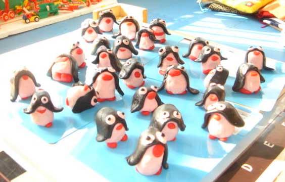 中一班 当前位置: 园所主页> 中一班> 宝贝作品 橡皮泥作品——小企鹅