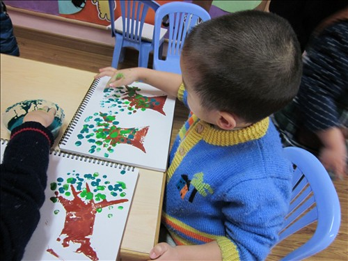 托班幼儿的手部小肌肉还为完善,因此目前的美术活动大部分以手指印画图片