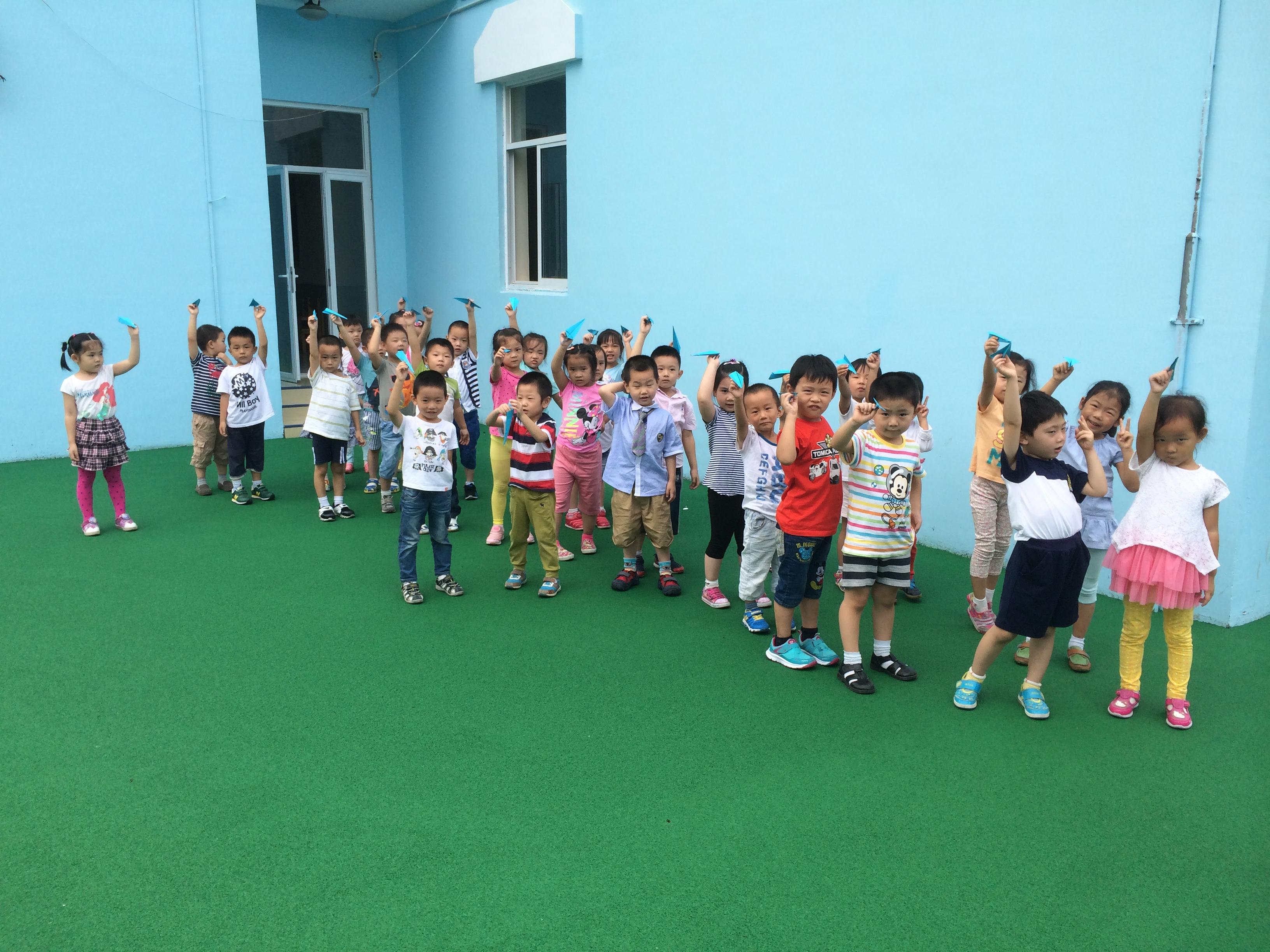 4的阅兵仪式,小朋友们都非常的激动,今天我们就来学做纸飞机,做一个