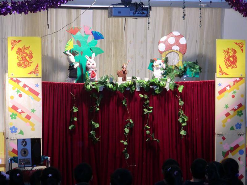 """木偶剧团""""的演员们为全园小朋友们表演精彩的木偶剧"""