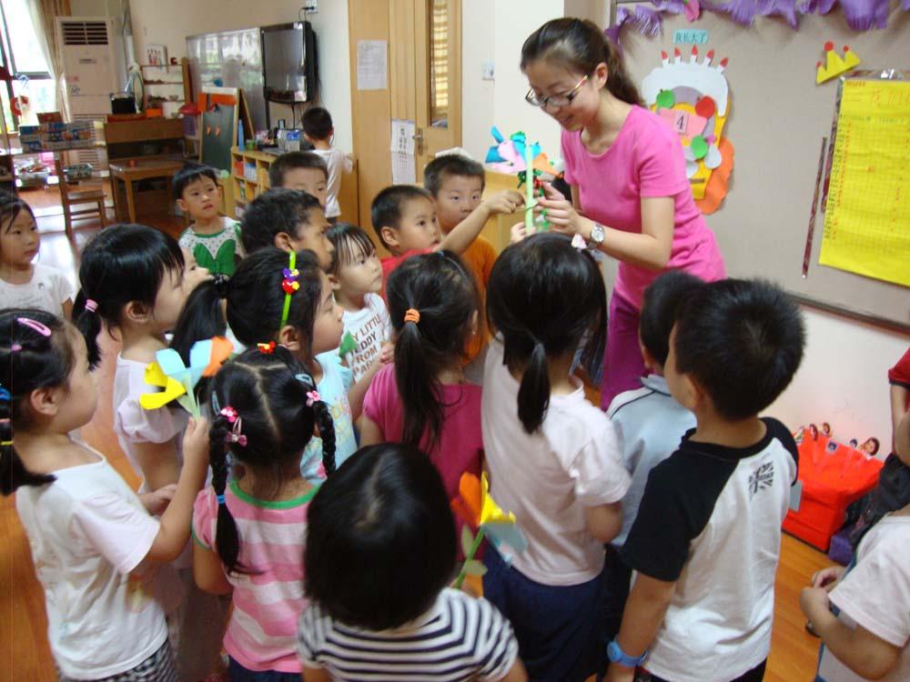 幼儿园像我家,老师爱我我爱她 幼儿园里充满了爱的氛围,在此