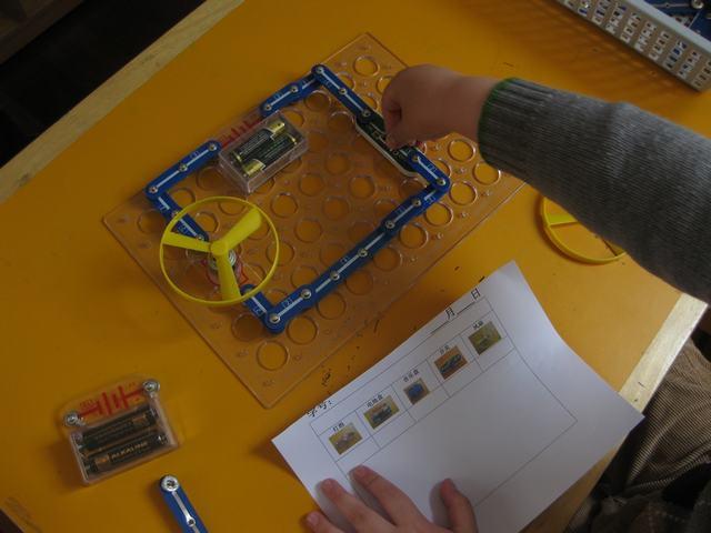 活动准备:记录表,各种电路板,电池,风扇,电灯泡 玩法:幼儿尝试用各种