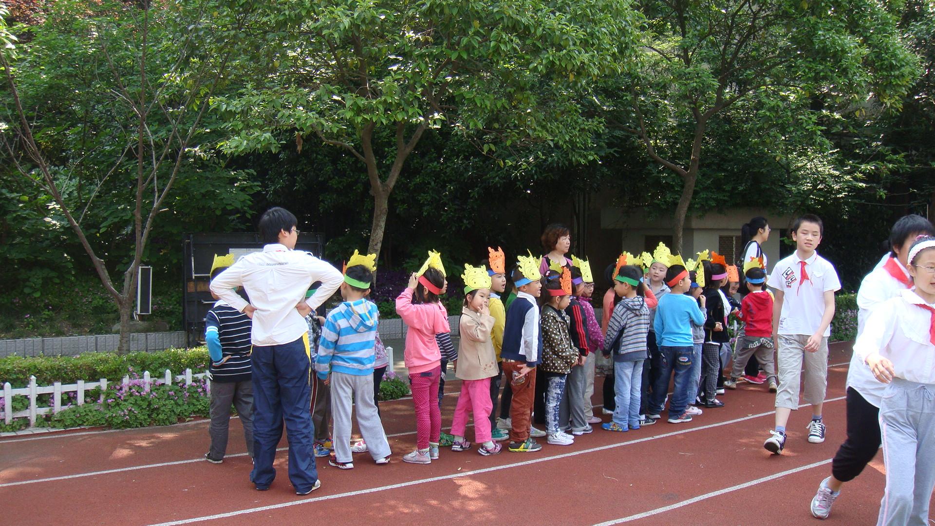 接着,礼仪小学生带着我们参观了小学操场,老师介绍了种在花园里的各种图片