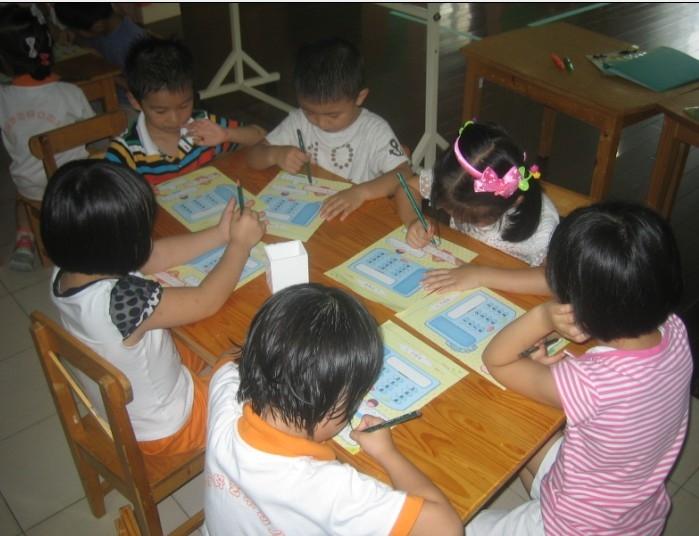 请爸爸妈妈在家也让孩子们开始写写画画数字吧!