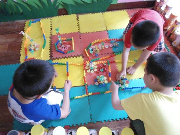 5月主题《在动物园里》,小朋友用雪花片搭建了小动物,有孔雀,小鸭等.