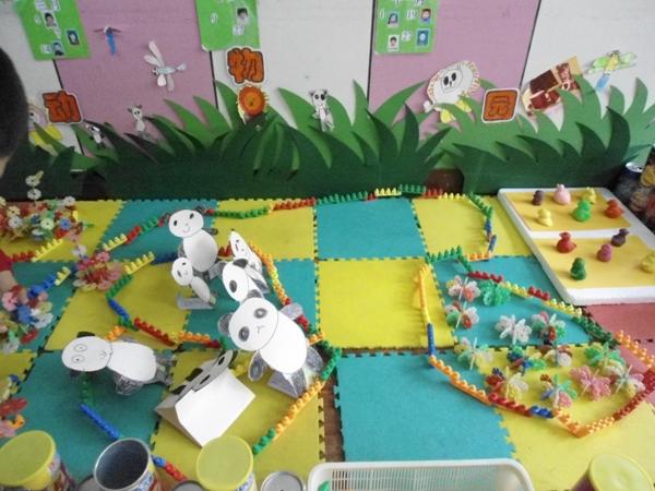 在搭建过程中,增加了美工材料,用泥做小动物,用笔和纸画小动物,用废旧