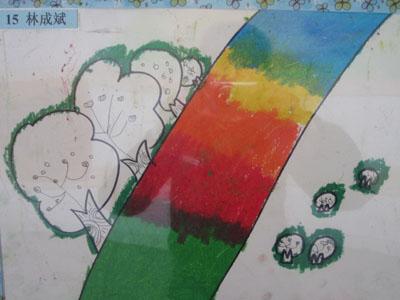 下,我们开展了《四季小路》这一活动,通过绘画四季小路,让幼儿尝试