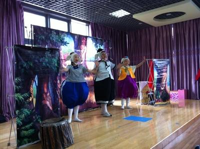 幼儿园为孩子们表演了一出精彩的《三只小猪》木偶剧