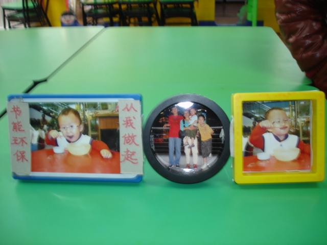 侯昀泽家庭用三个不同的废旧材料组合起来成为一组漂亮相框.