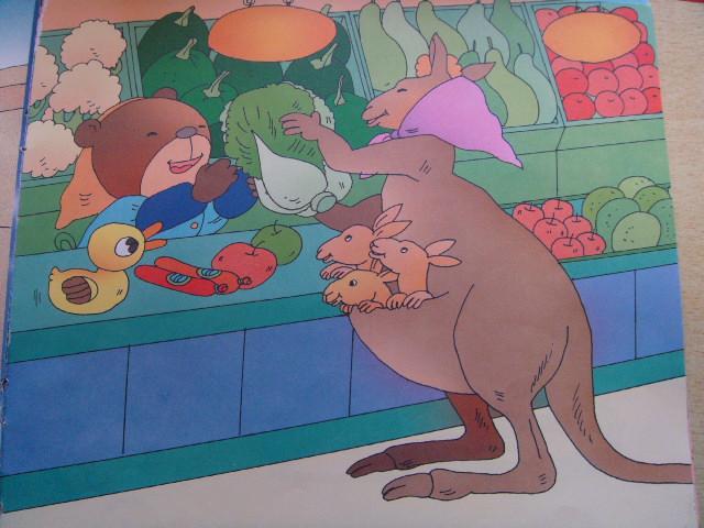 """""""   一个袋鼠娃娃口袋里装满了水果.图片"""