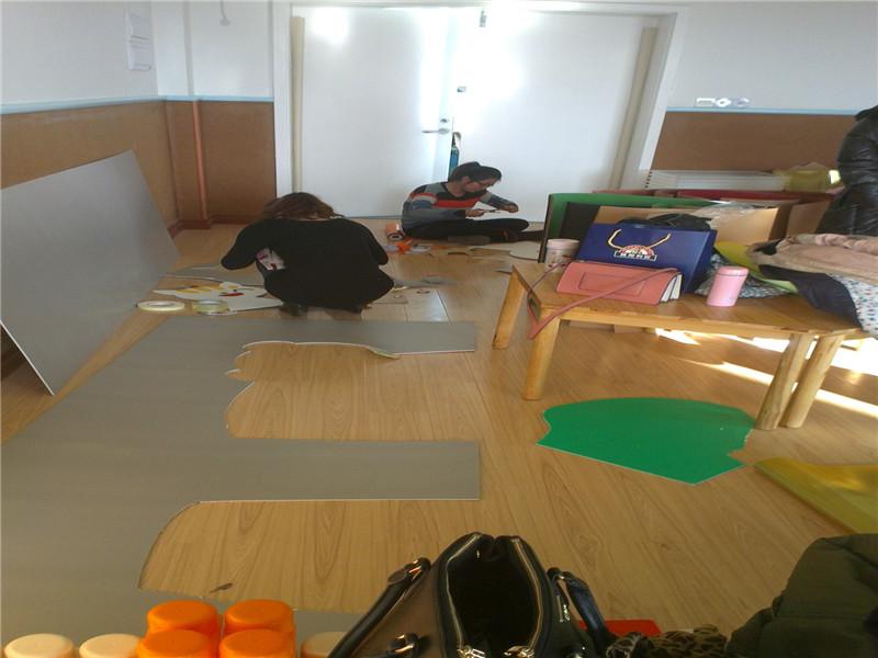 2014年2月21号,老港幼儿园进行了志愿者活动。老师们都非常踊跃地参加。一早上来,老师们分配好了自己的工作之后,都纷纷干了起来。有的在布置美工室,有的在布置结构室,有的在布置小社会。大家都忙得不亦乐乎。