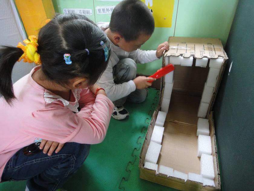 幼儿园保健老师用板报的方式图文并茂地向家长和幼儿宣传正确的刷牙方
