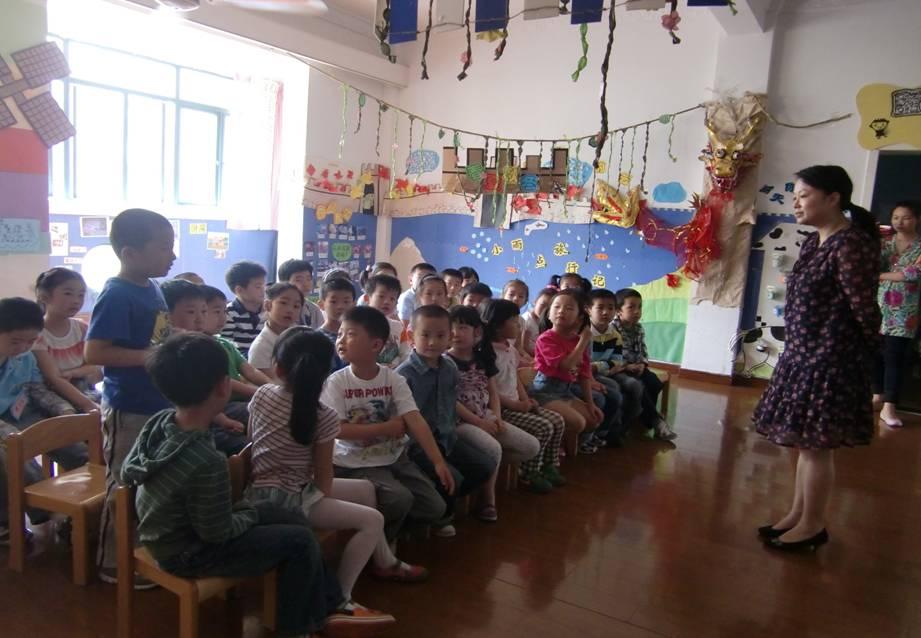 小学老师来园上课,大班幼儿提前体验小学课堂