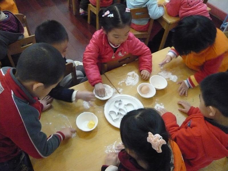 制作的乐趣,同时进一步调动了家长参与幼儿园活动的