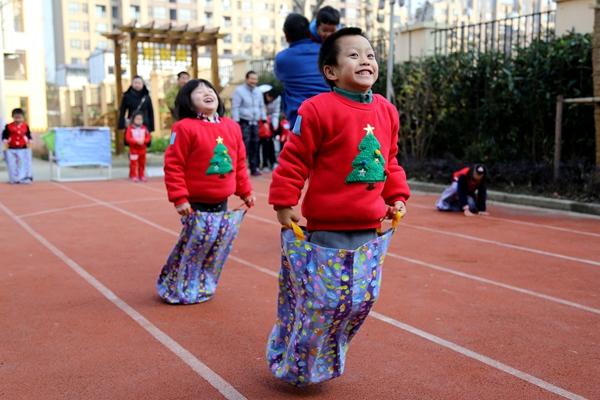 """快乐运动 """"礼""""满康城——康城幼儿园开展迎新年亲子运动会"""
