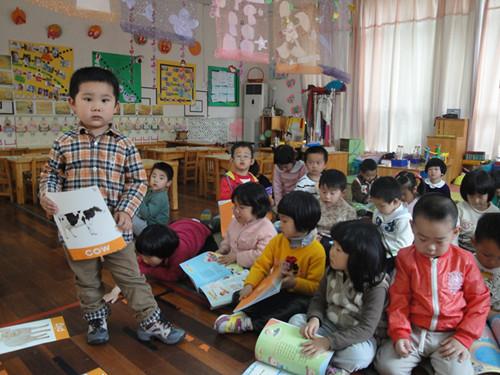 模仿小动物的动作,声音,结合律动,在唱唱,跳跳,演演的欢快氛围中,孩