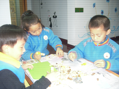 孩子们利用了这些吃剩的果壳拼搭出漂亮的图案,有房子,有小动物,有