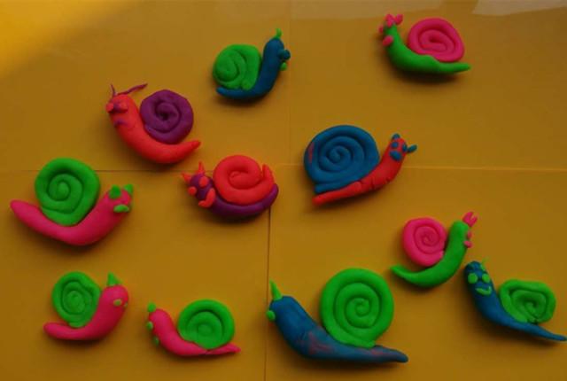 彩泥蜗牛的制作方法很简单,先把彩泥搓成萝卜形做蜗牛的身体,然后把另