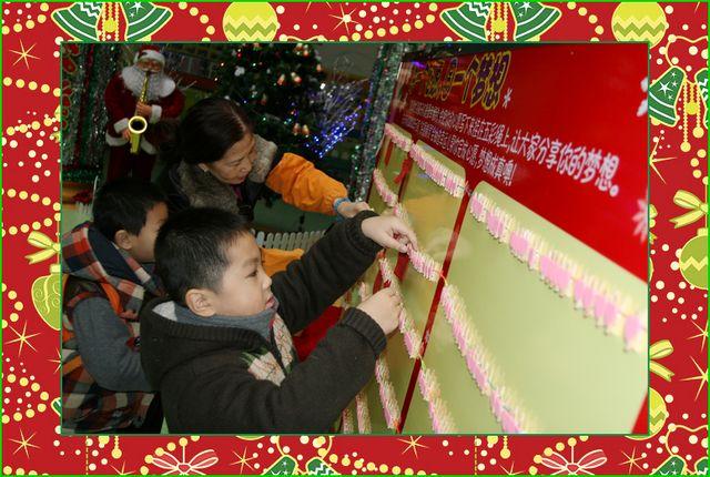 """自己动手把心愿卡片夹好,孩子们好认真  宝贝说心愿,妈妈拿笔写,多么温暖的画面  孩子们、大人们都非常喜欢我们的""""心愿墙""""  许愿墙前人头攒动,大家对新的一年充满了希望  不一会儿,心愿墙就满满当当了,祝愿""""青草地""""的孩子们新的一年健康快乐平安幸福 上午9:00~11:00."""