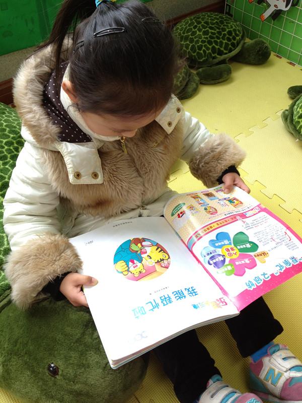 小孩教室看书手绘