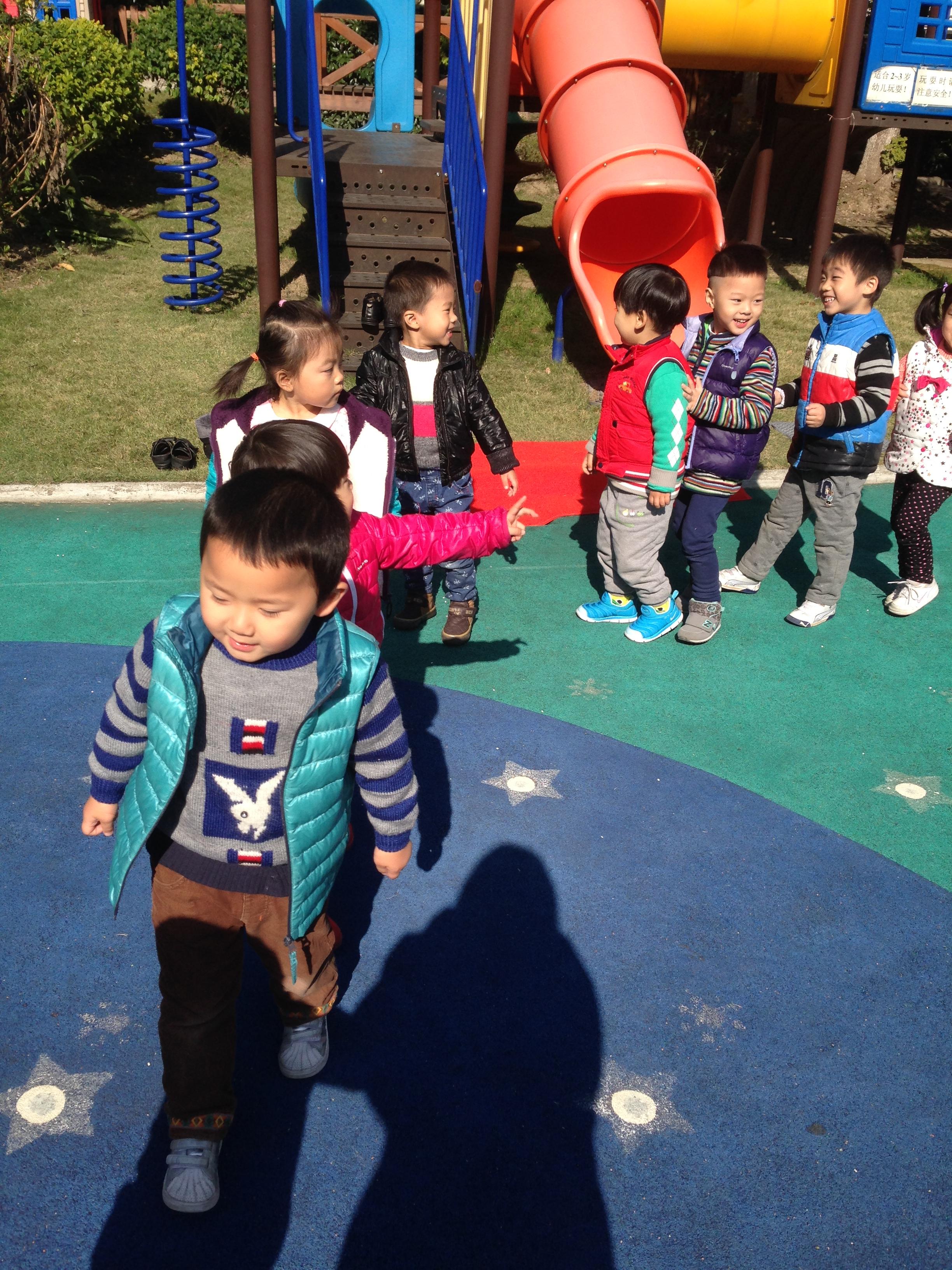 吃完午饭,我们在幼儿园里散步,晒太阳喽~小朋友们真开心!
