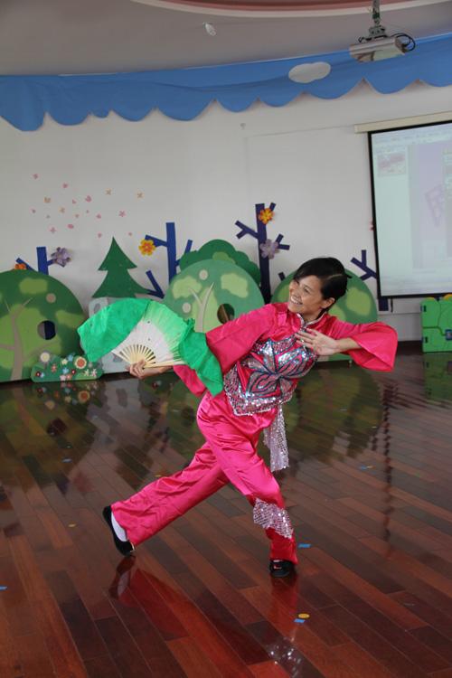 基于提高教师民族舞的基本动作丰富教师们的业余生活的出发点,幼儿园