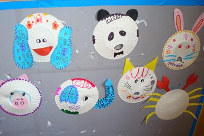 出自己喜欢的动物,有的孩子把纸盘装上了耷拉的耳朵