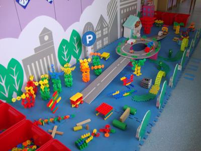 活动中,有的幼儿用雪花片建构了自行车,摩托车,小汽车等;有的幼儿用图片