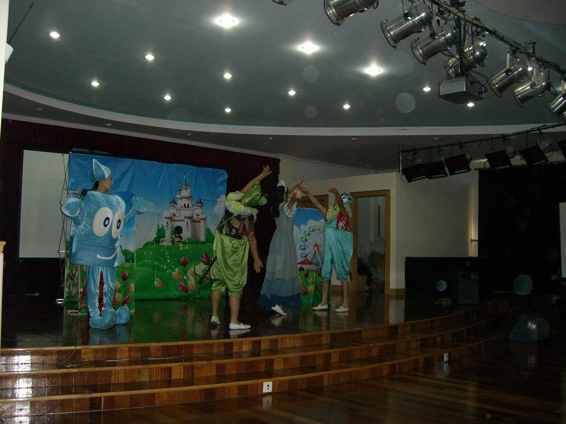 每学期期待已久的木偶戏又来到了七幼的舞台上.