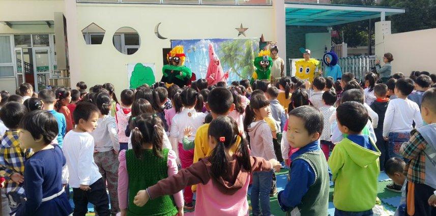 我们七宝中心幼儿园万泰园组织全园幼儿观看了一场精彩的木偶戏表演.