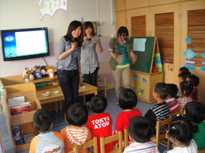 者——记松江区人乐幼儿园小班幼儿制作大红花活动
