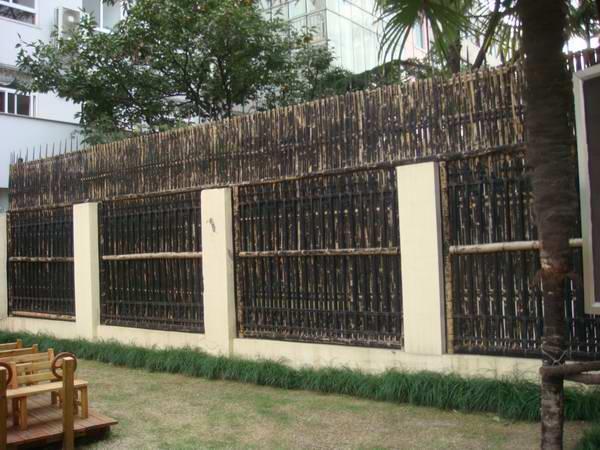 加装教室外走廊窗户木栅栏