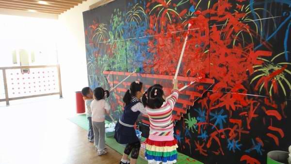 """祖国妈妈生日快乐   最后将画好的房子剪出,贴在画好的烟花画上,""""烟火城市""""就完成啦~还可以在墙上制作一面巨大的烟花涂鸦墙哦~   每个孩子发个小棍儿,前面绑上一小块布料来画烟花."""