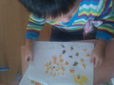 看看他们在橘子皮贴画时专注的样子和出自他们灵巧小