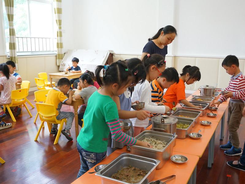 丰富多彩的活动结束,午餐时间到了,今天可是孩子们最爱的自助餐!