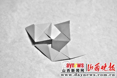 将一张正方形纸对边折