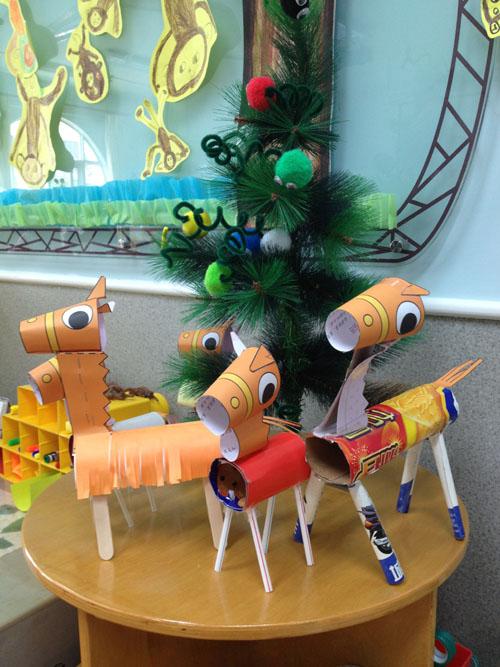 这是我们和爸爸妈妈一起制作的小红马,小红马有吸管,冷饮棒和小纸棍做
