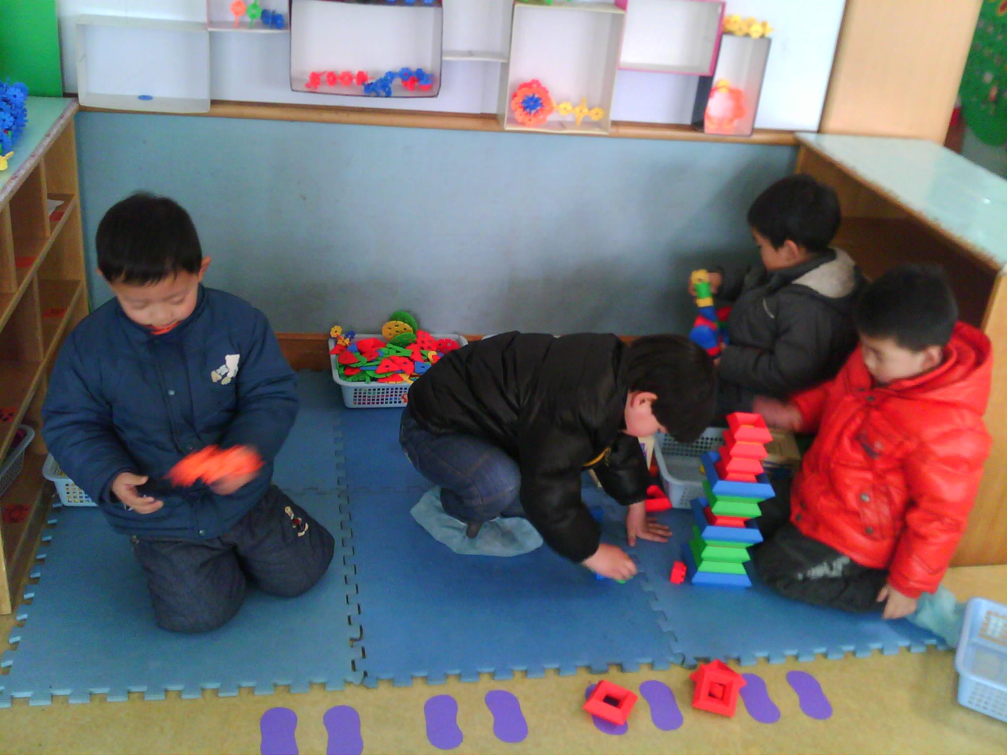 宝宝们在建构区搭建积木!
