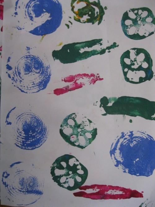 孩子们自己制作了各种蔬菜印章